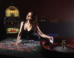 Femme brune, croupier, roulette, casino, machine à sous, cartes
